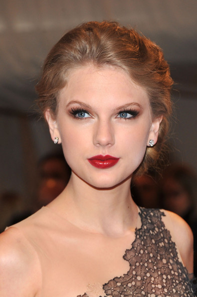 Taylor-Swift-Dark-Red-Lipstick-Makeup-Looks-01